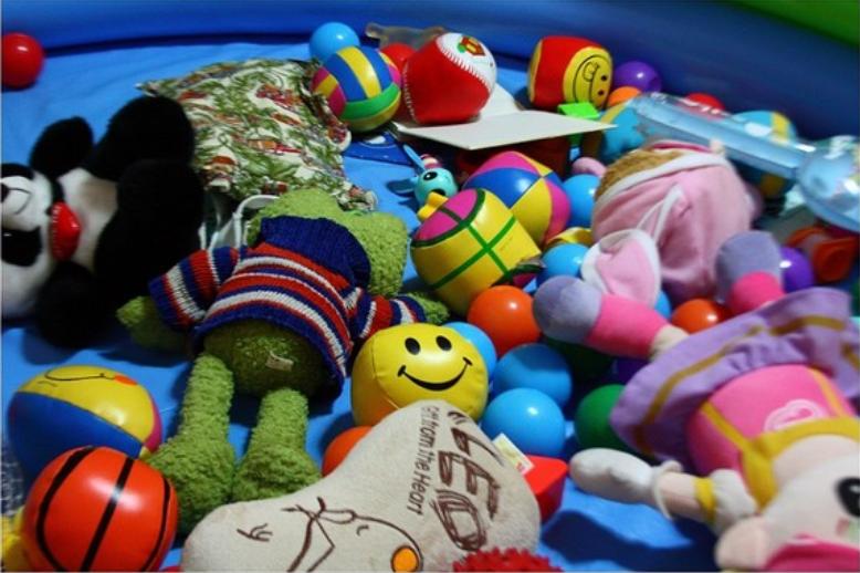 产品名称:GFTOYS BEACH TOYS 沙滩玩具套装,彩色玩具卡车上装的沙滩玩具(模具、耙、铲) GFTOYS BEACH TOYS 沙滩玩具套装   召回发布日期:2017-01-06   召回发布国家或地区:欧盟-西班牙   产地:中国   具体型号或识别特征:参考号 GF0530   条形码:8433760705304   经济合作与发展组织产业分类码(OECD Portal Category):86000000 - Toys / Games(玩具/游戏)   缺陷及后果:外形像一只鸭子的模